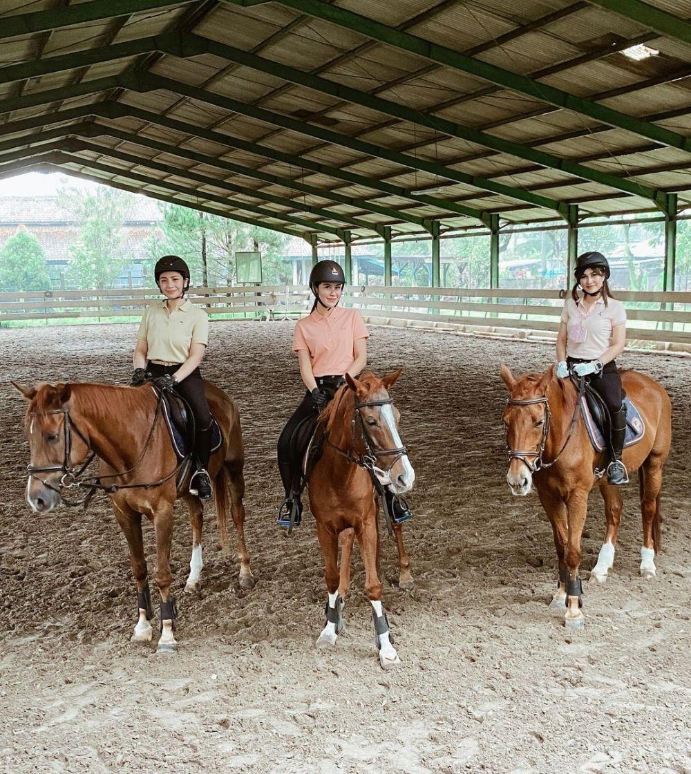 9 Momen Artis Naik Kuda yang Jadi Sorotan, Ada yang Sampai Pemotretan!