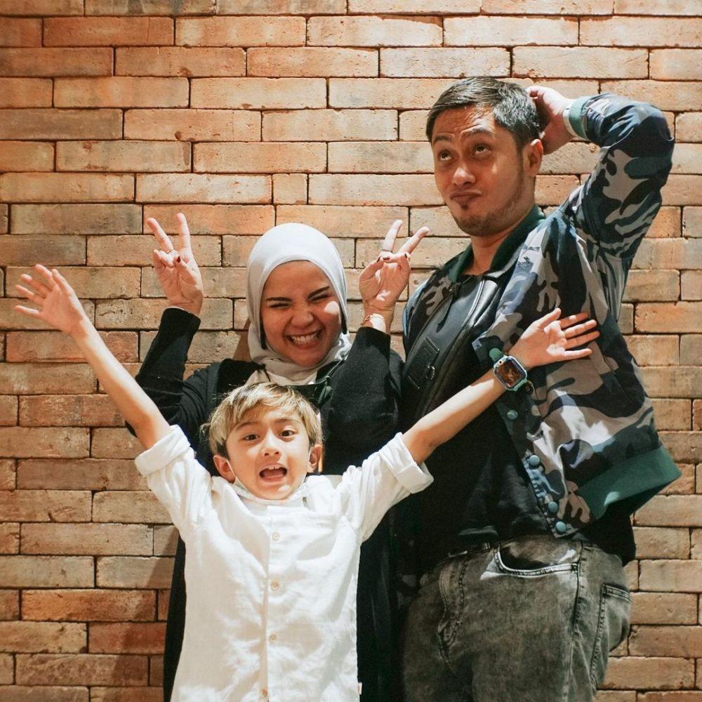 11 Tahun Menikah, 10 Potret Langgeng Ferry Ardiansyah dan Istri