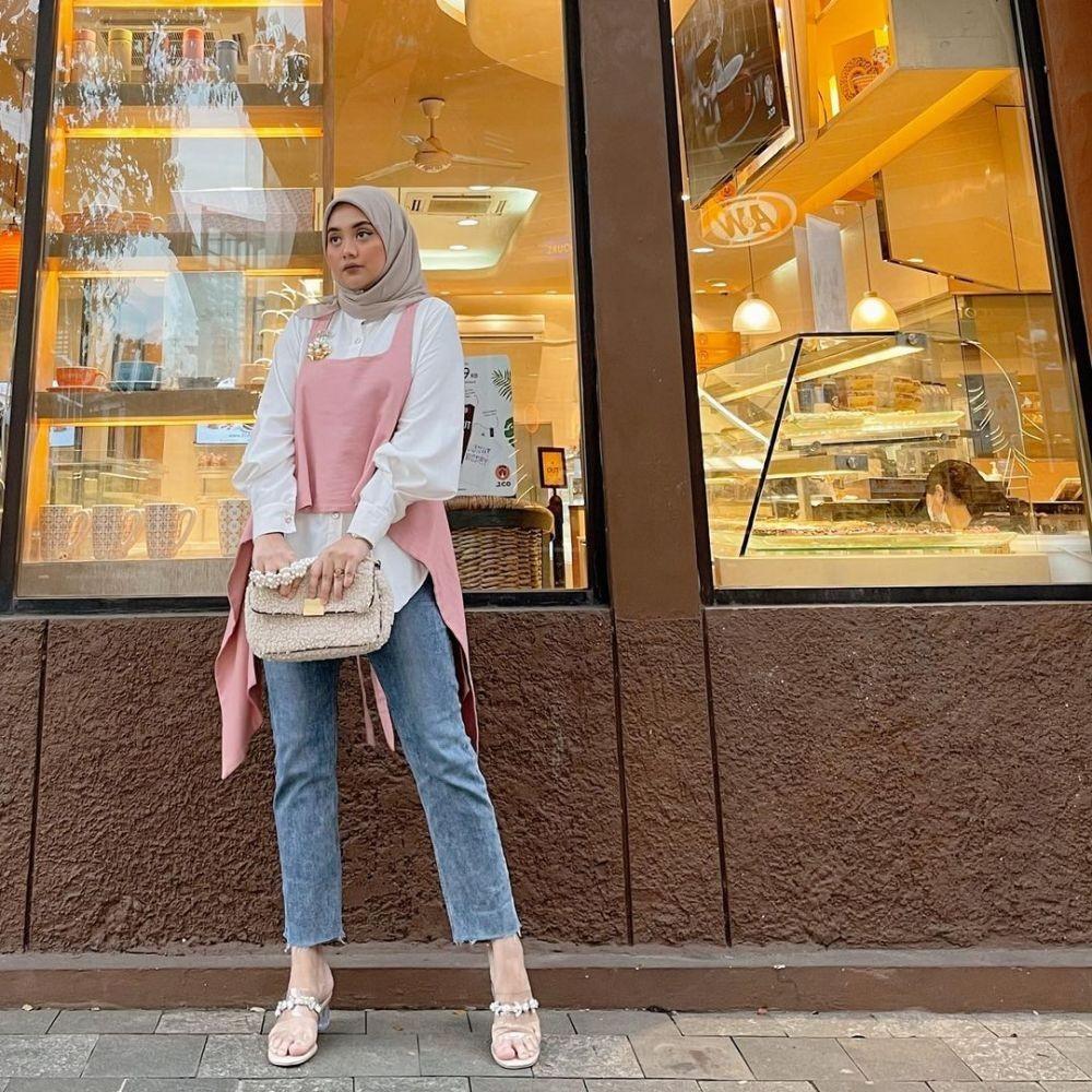 9 Inspirasi Fashion Hijab dengan Vest, Lagi Musimnya nih!