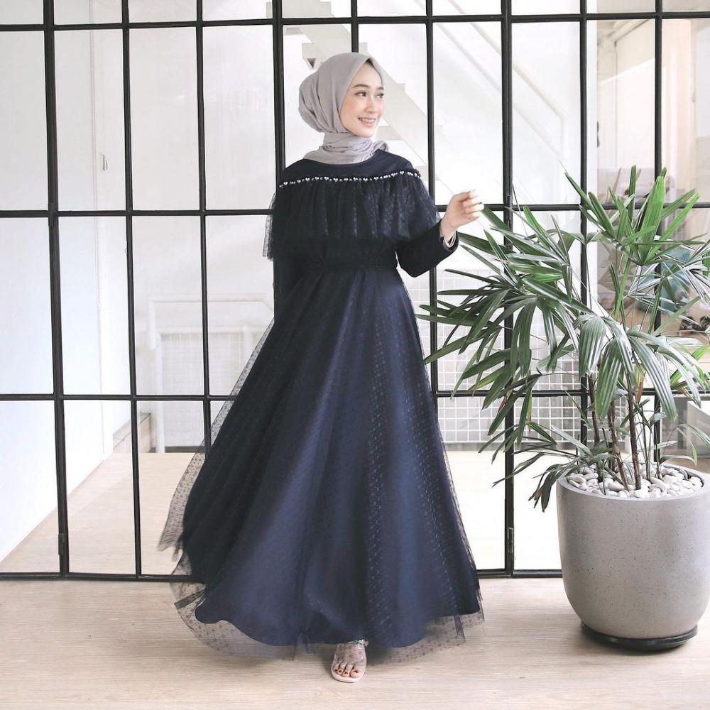 9 Inspirasi Cape Sleeve Dress dengan Hijab, Anggun bak Bidadari