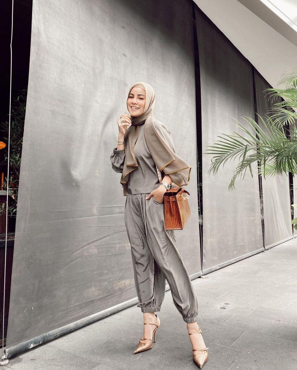 9 OOTD Hijab untuk Kondangan ala Olla Ramlan, Dress hingga Celana
