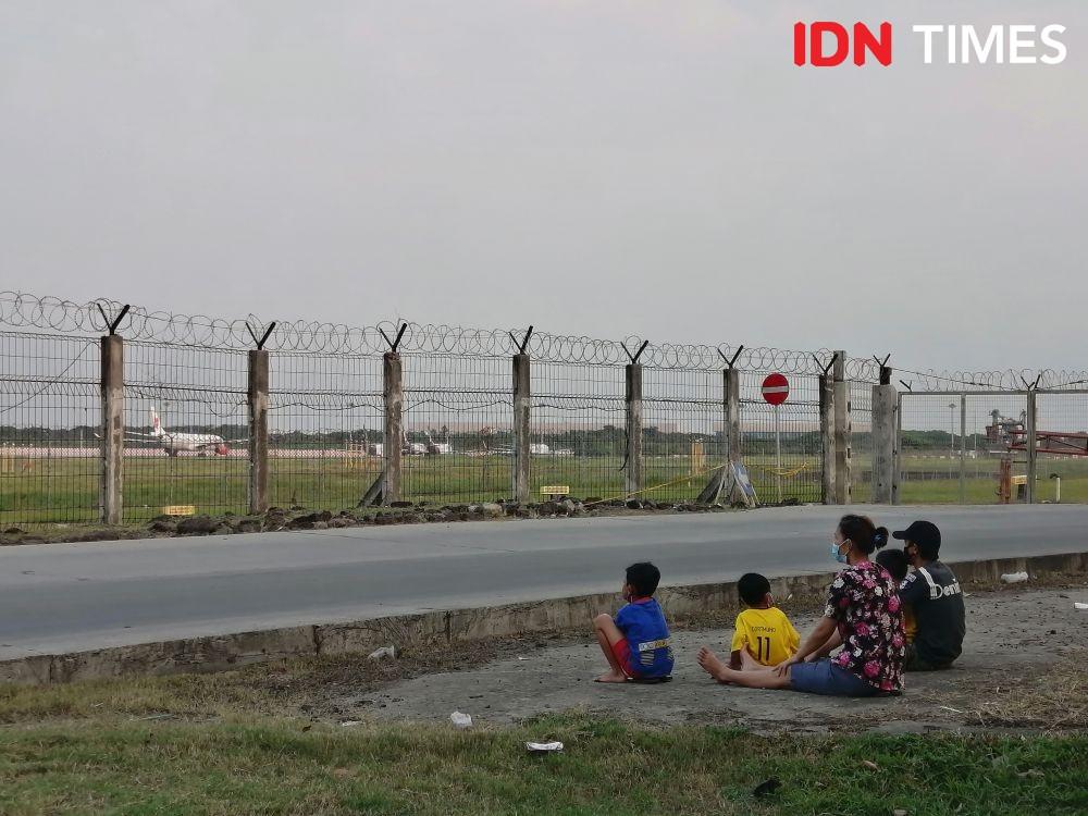 Nonton Pesawat Terbang, Potret Ngabuburit Unik Ala Warga Tangerang