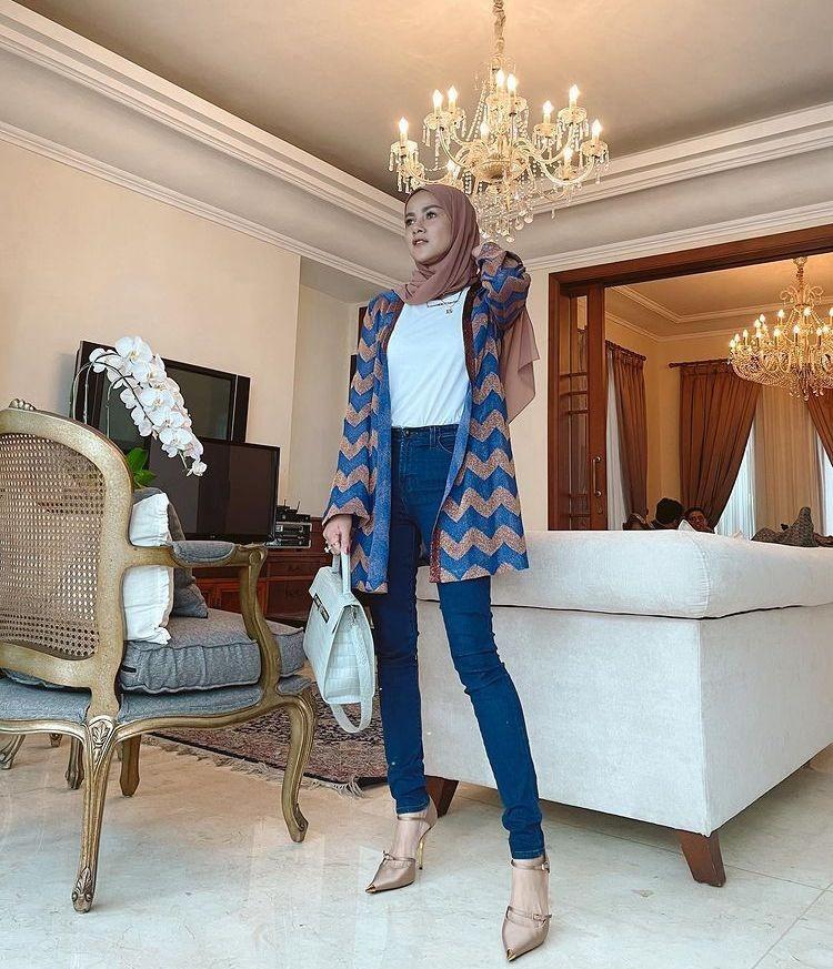 10 Potret Stylish Olla Ramlan dengan Skinny Jeans, Makin Semampai