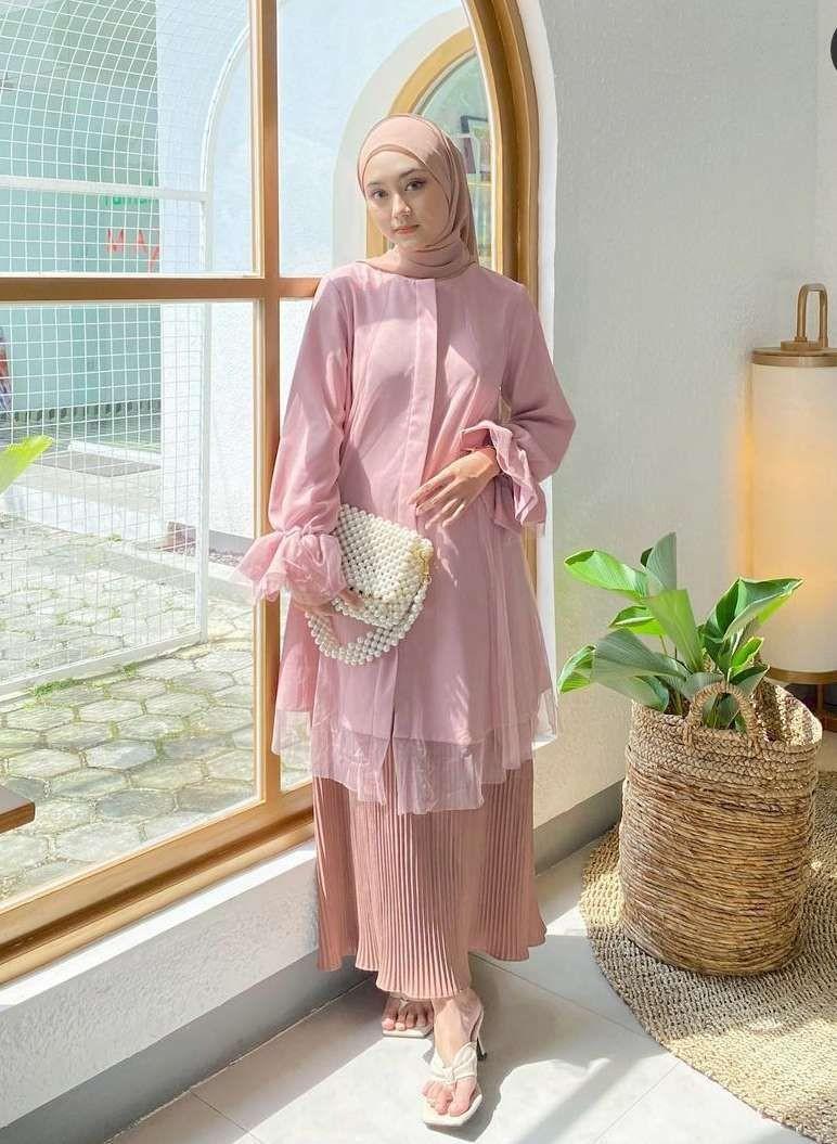 10 Referensi Style Lebaran Anggun Pakai Tunik Pastel, Sontek Yuk!