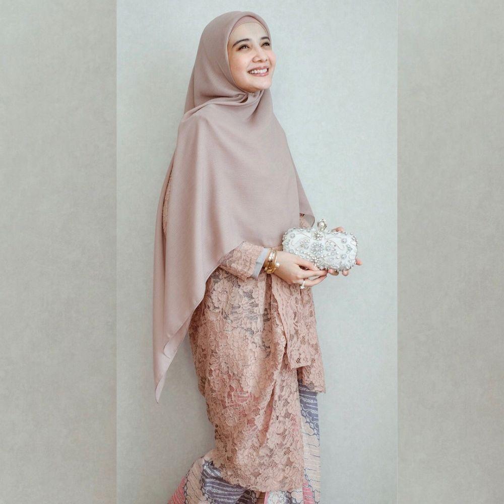 9 Inspirasi Tunik Brokat untuk OOTD Lebaran, IdulFitri Makin Elegan!