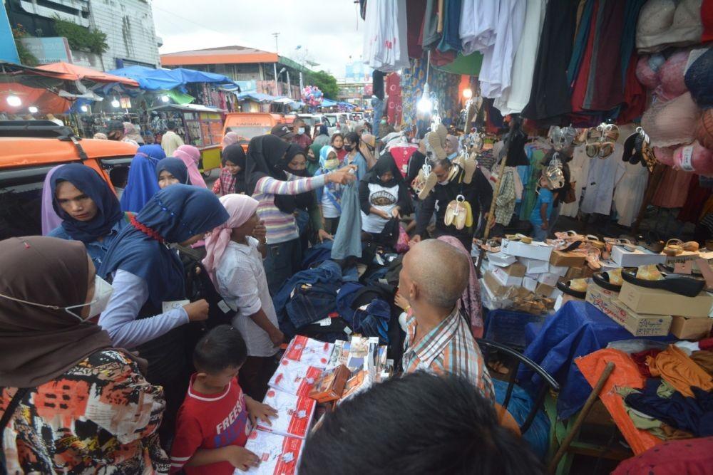 12 Potret Belanja Lebaran, Pasar Tetap Padat di Tengah Pandemik