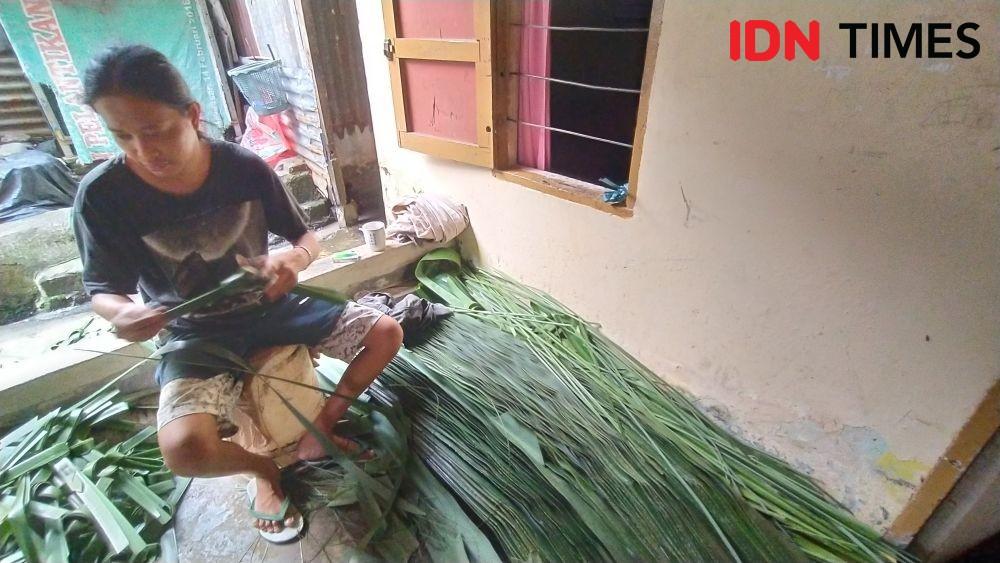 Cerita Perajin Ketupat di Makassar, Harga Lebih Mahal Jelang Lebaran