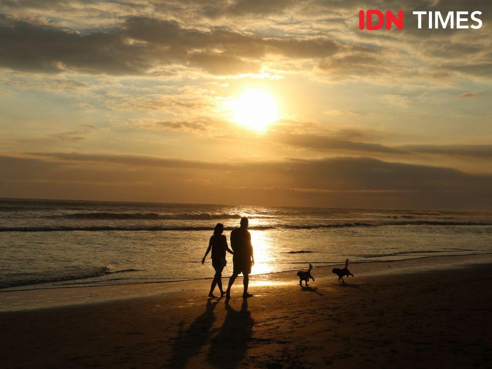 Selain Kuta, 10 Potret Pantai Batu Belig untuk Nikmati Sunset di Bali