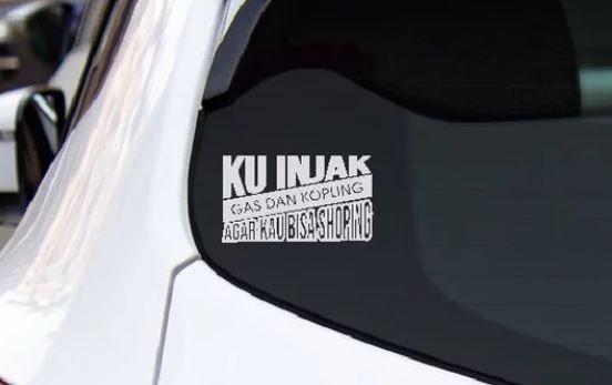 Sukes Bikin Ngakak! Stiker Humor di Kaca Belakang Mobil