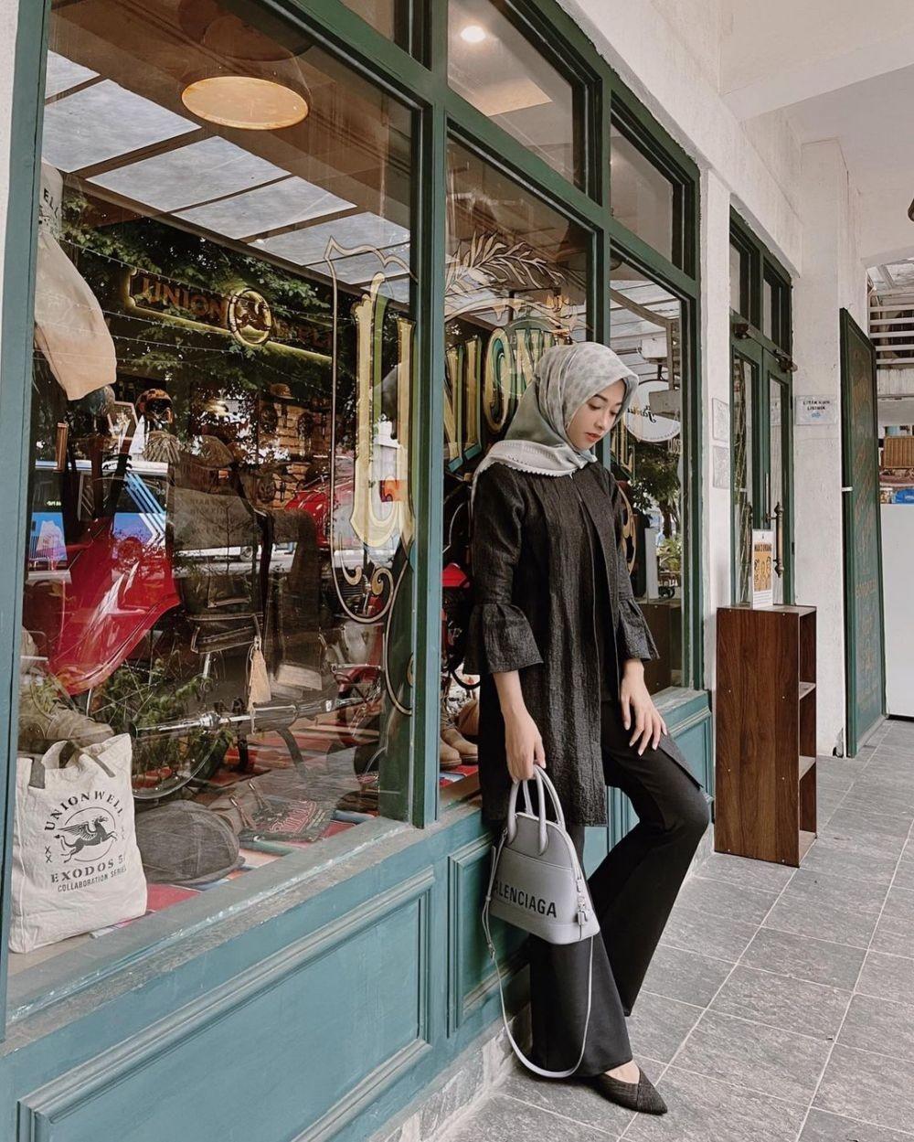 9 OOTD Hijab ke Kondangan ala Poppy Bunga, Tampil Semanis Kembang