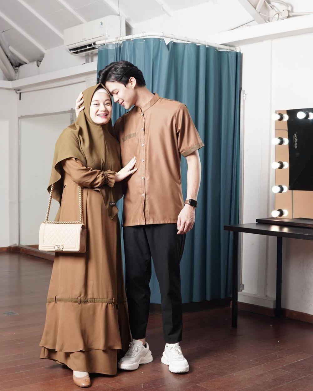 10 Inspirasi Baju Lebaran Couple Suami Istri, Kompak Kembaran Warna