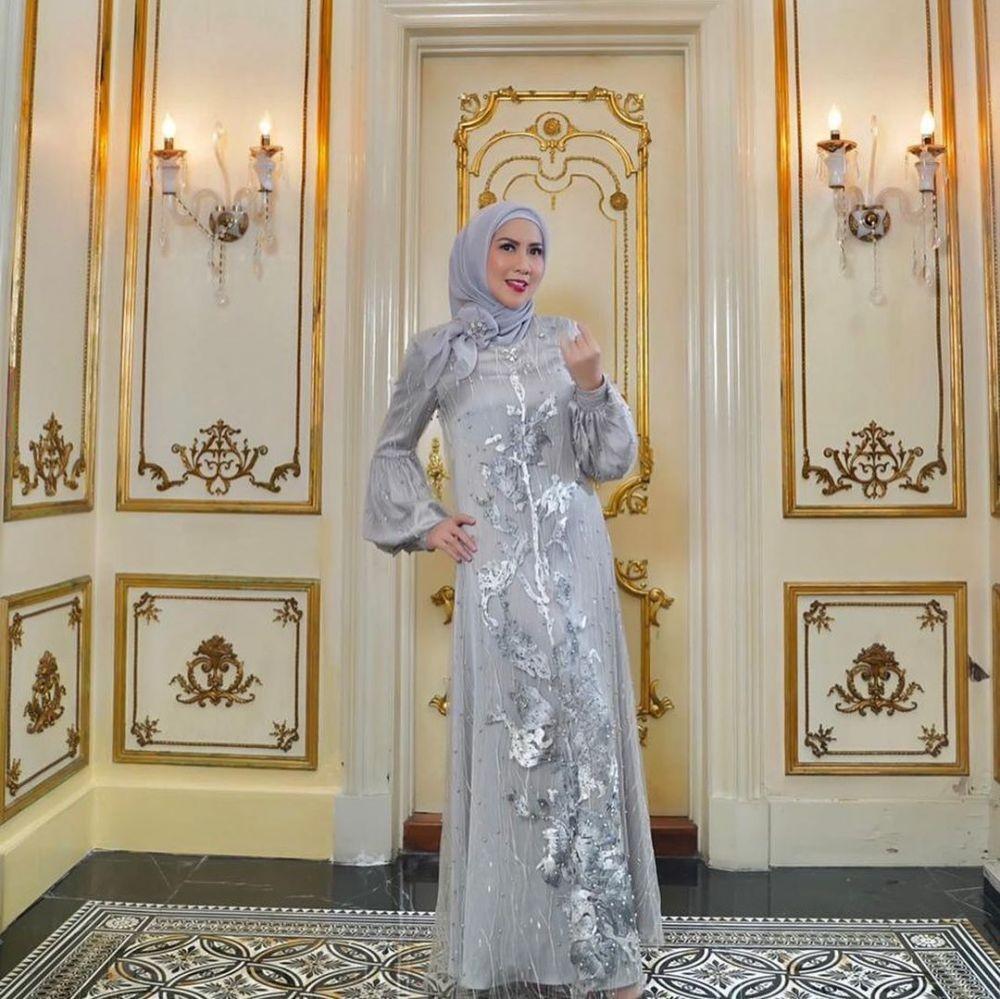 10 Inspirasi Baju Kondangan Hijab Venna Melinda, Sosialita Mewah!