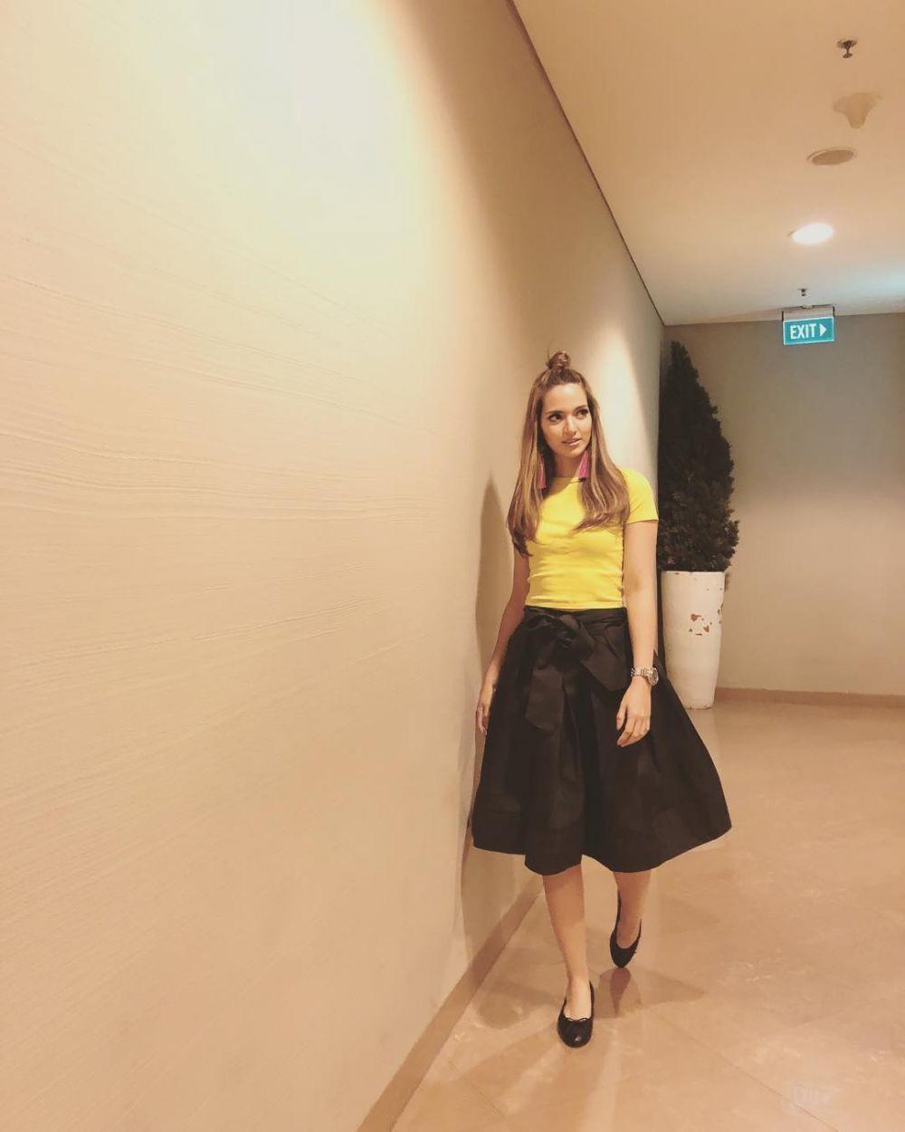 12 Outfit Casual ala Nia Ramadhani, Fashionista Sejati No Debat!