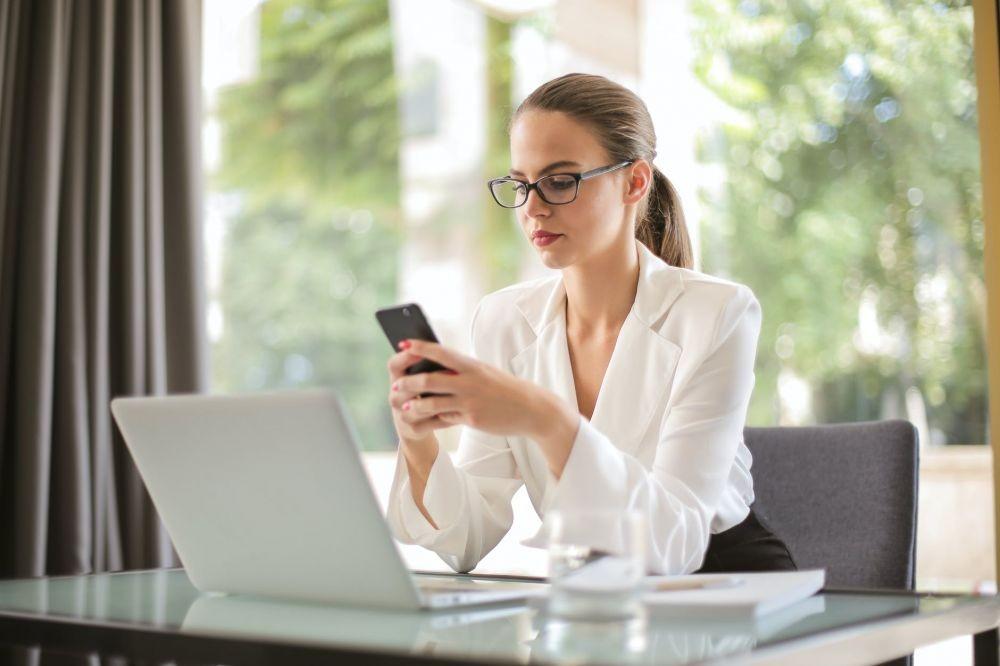 7 Cara Mudah Mengatasi Mata Lelah akibat Kelamaan Memandang Gadget