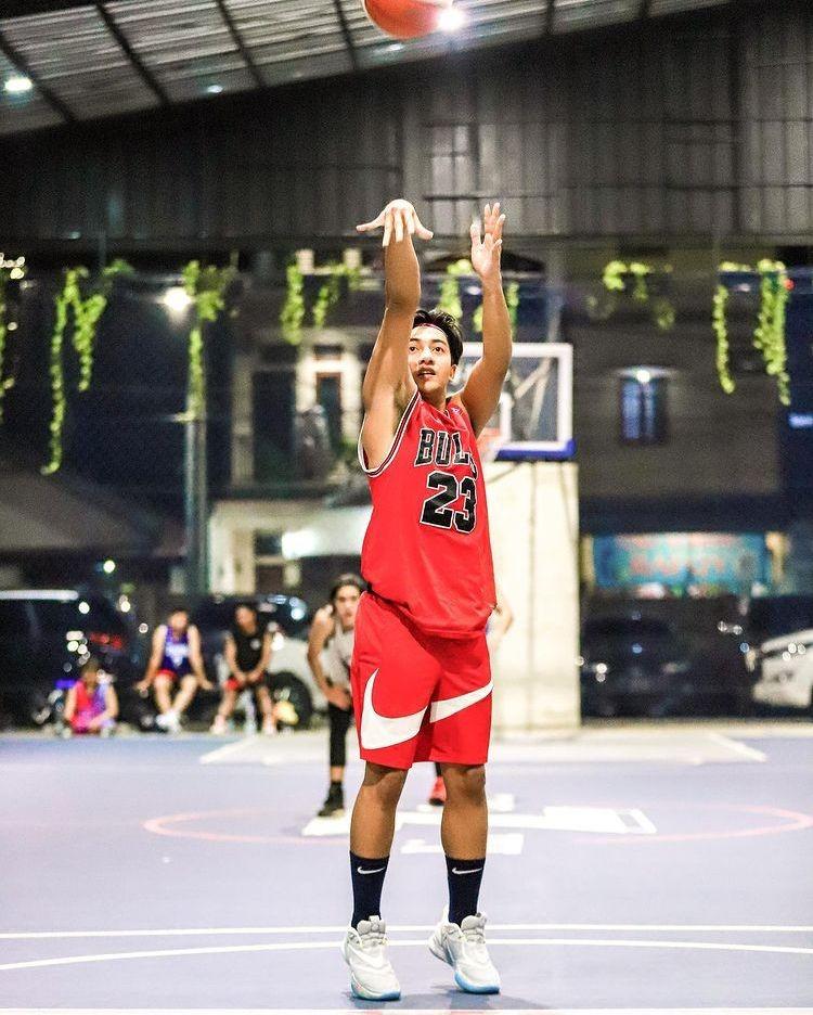 10 Potret Berotot Harris Vriza ketika Bermain Basket di Lapangan