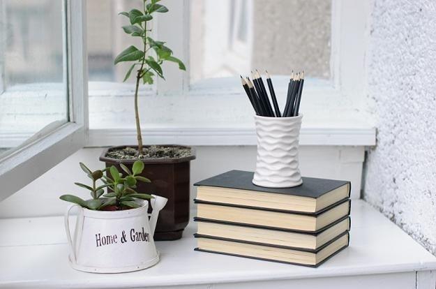 9 Inspirasi Dekorasi Ruangan dengan Tumpukan Buku, Jadi Meja atau Pot