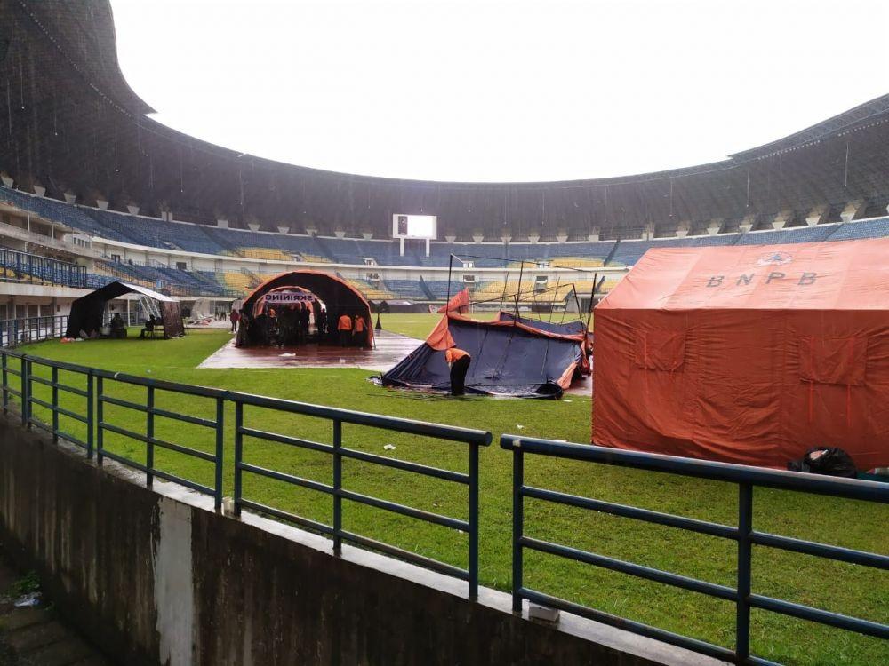 Tenda Vaksinasi Massal di Stadion GBLA Roboh Diterpa Hujan Angin