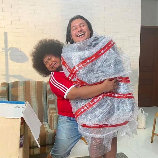 Dikenal Supel, 10 Bukti Persahabatan Keanu dan Selebriti Indonesia