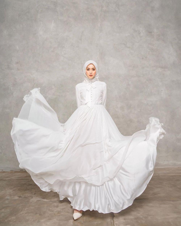 9 Ragam Gamis Putih yang Elegan untuk Kondangan Syar'i, Auto Memesona