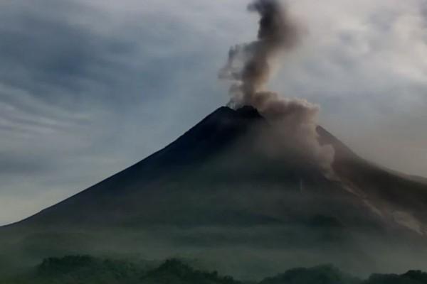 Gunung Merapi Luncurkan Awan Panas, Hujan Abu Terjadi di Sleman