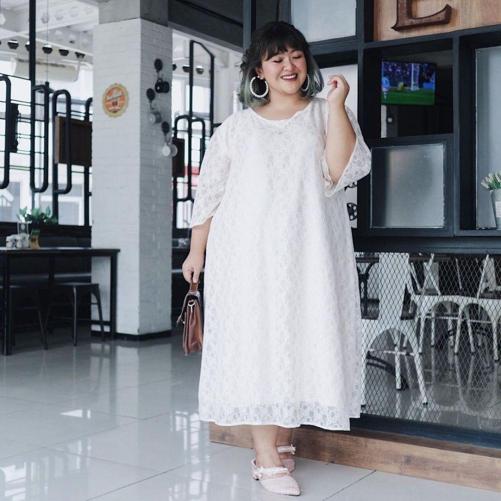 Simpel tapi Elegan, 10 Gaya Kondangan Plus Size Bernuansa Putih