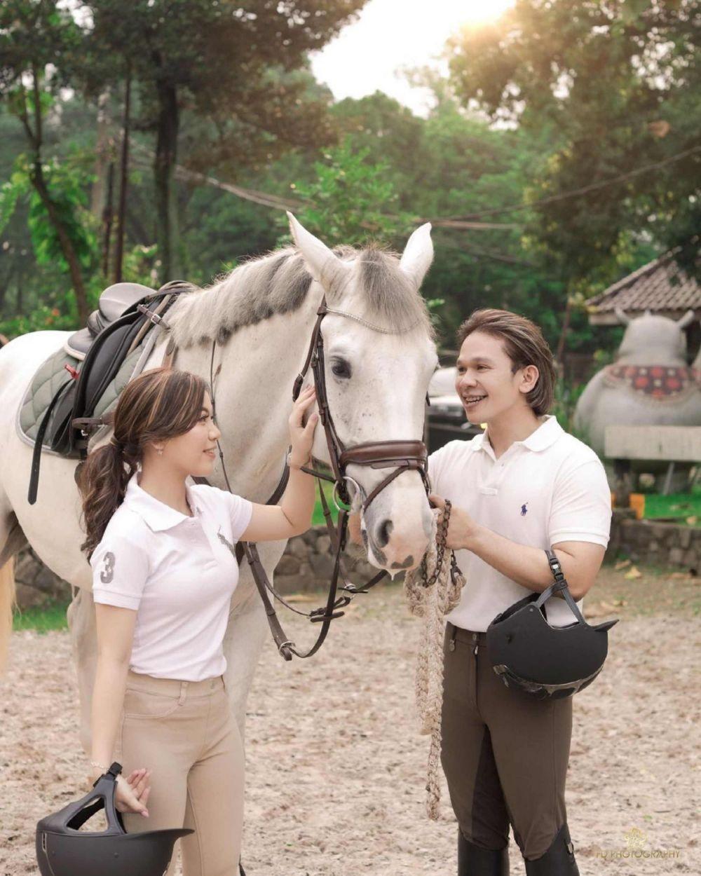 10 Pemotretan Jordi Onsu dan Frislly Herlind di Pacuan Kuda