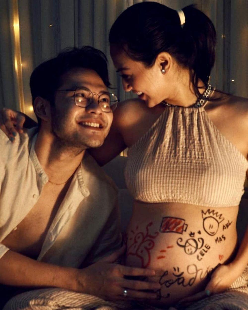 10 Potret Romantis Kevin Andrean Jadi Suami Siaga,4 Tahun Lebih Muda