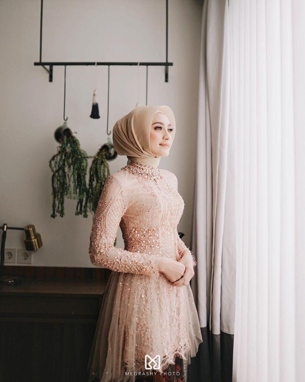 Memikat bak Putri Disney! 9 Pilihan Kebaya Hijab Warna Peach