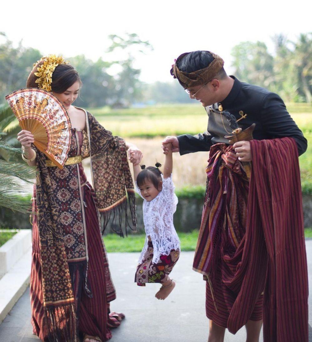Berbalut Baju Adat Bali, Ini Boy William dan Kekasih, Karen Vendela