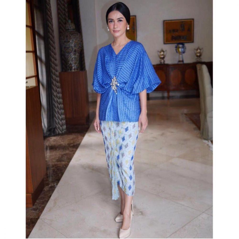 9 Style Kebaya & Busana Etnik Gaby Bakrie, Ibu Sambung Adinda Bakrie