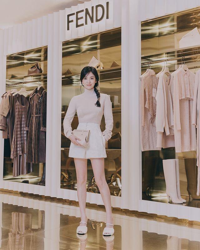 12 Potret Terbaru Song Hye Kyo di Acara Fendi, Masih Kayak ABG