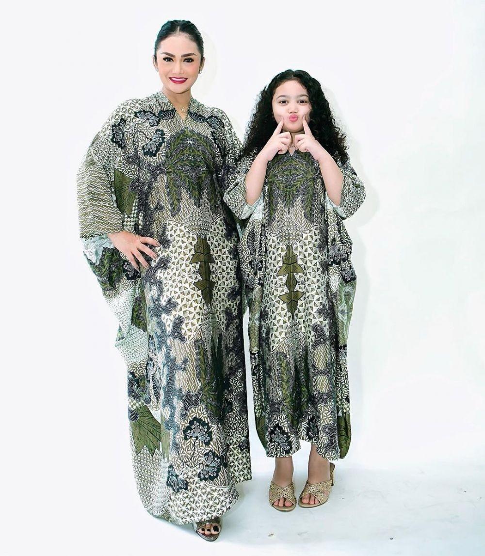 9 Inspirasi Kaftan Batik ala Seleb, Cocok Dipakai Kondangan!