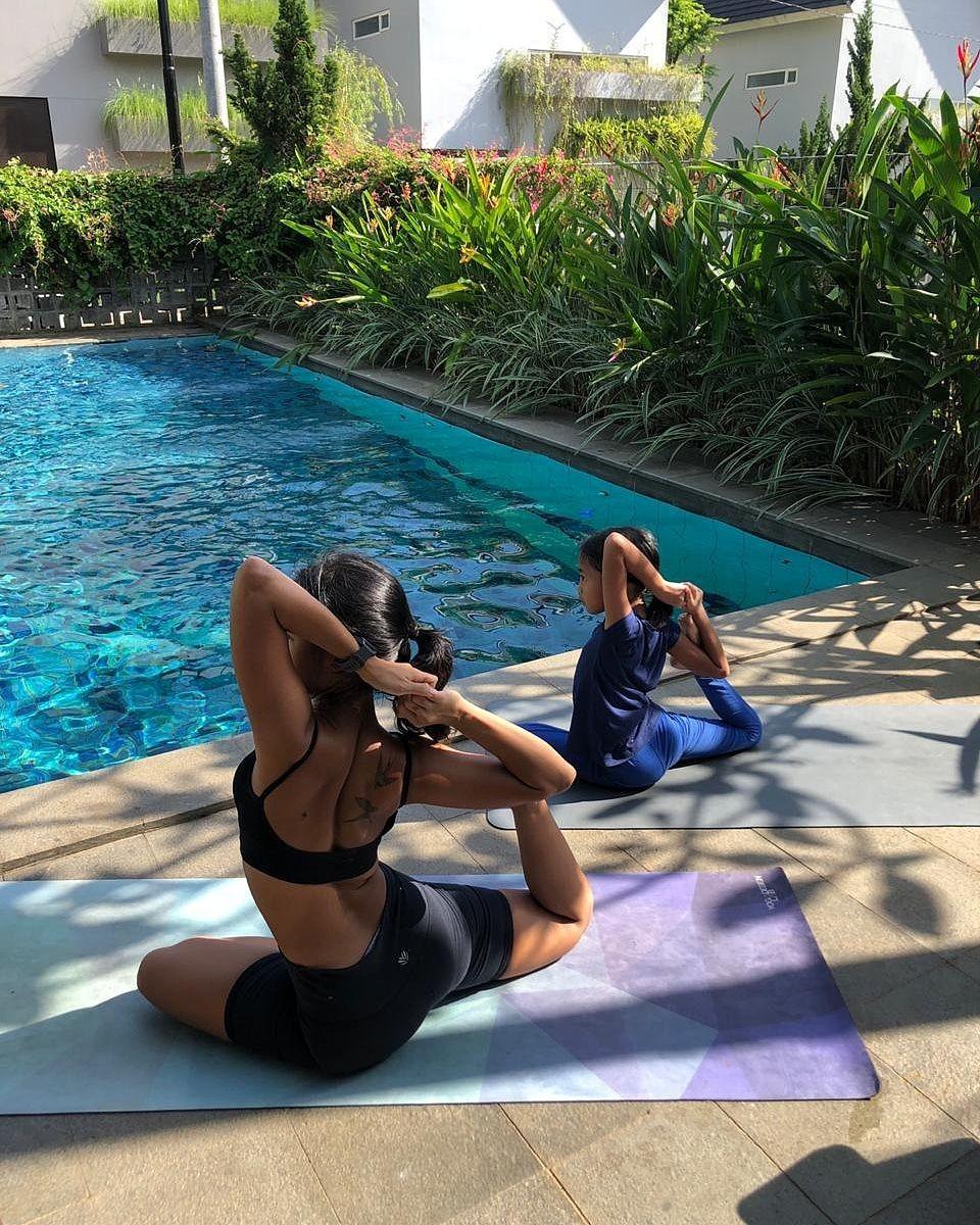 Cerita Ritchie Putri Pulih dari Penyakit Pencernaan Lewat Yoga