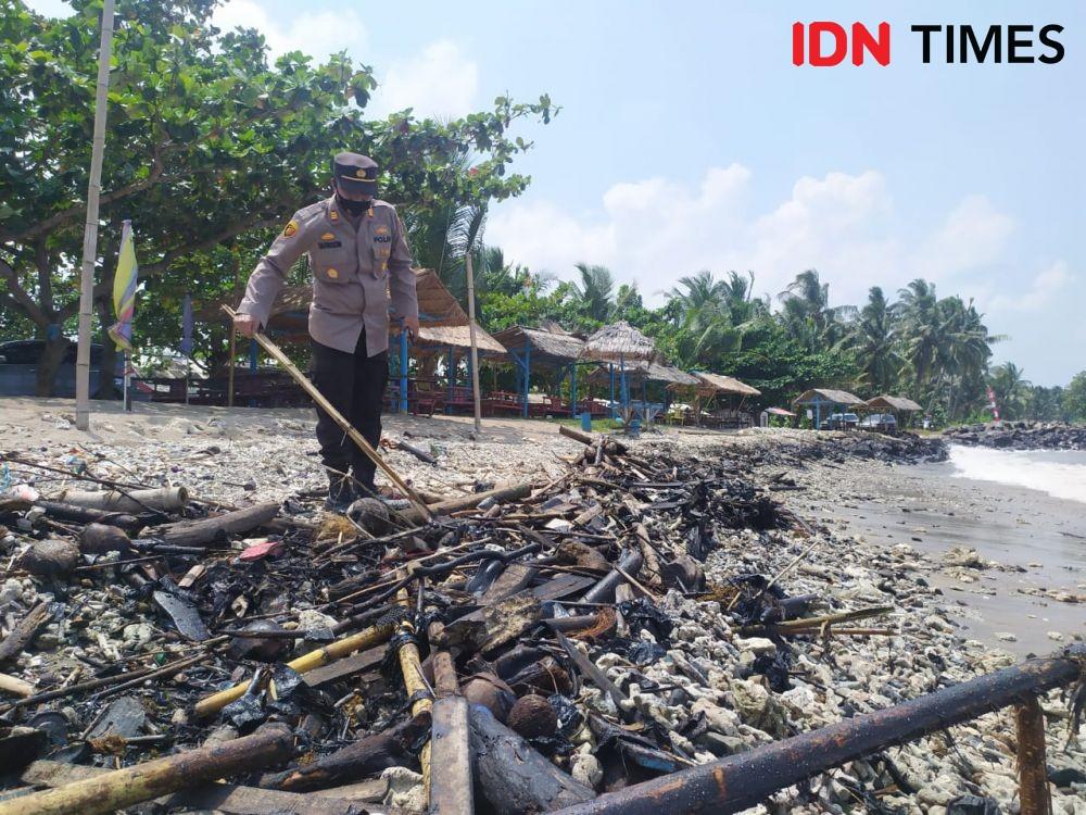 Polisi Mulai Selidiki Temuan Limbah Oli dan Aspal di Pantai Sebalang