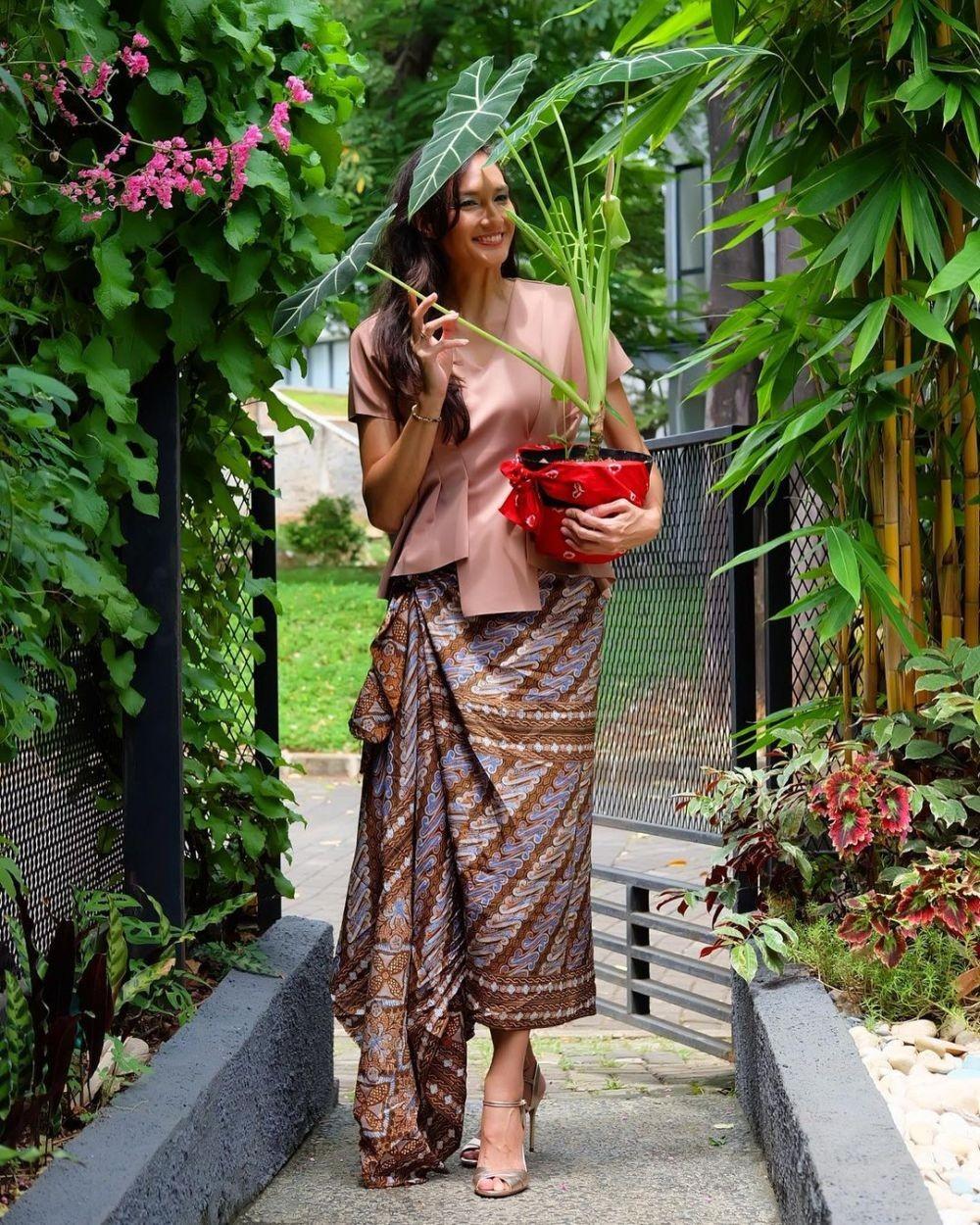 9 Gaya OOTD dengan Kain Tradisional ala Nadine Chandrawinata