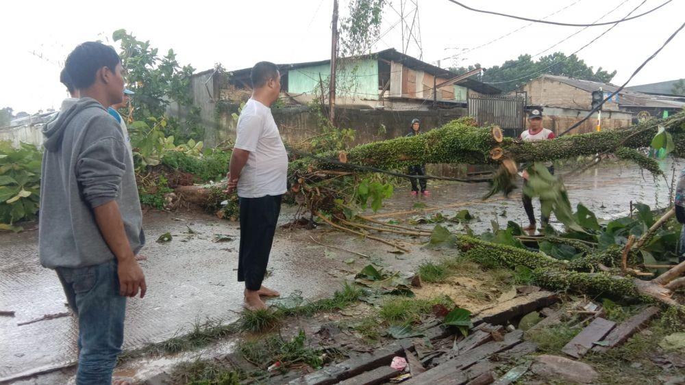 Mobil hingga Rumah Rusak akibat Angin Kencang di Depok