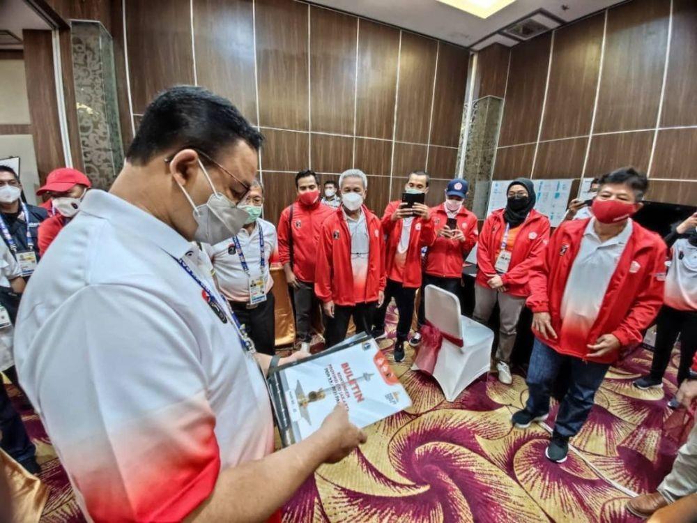 7 Potret Anies Baswedan Tinjau Atlet DKI Jakarta di PON XX Papua